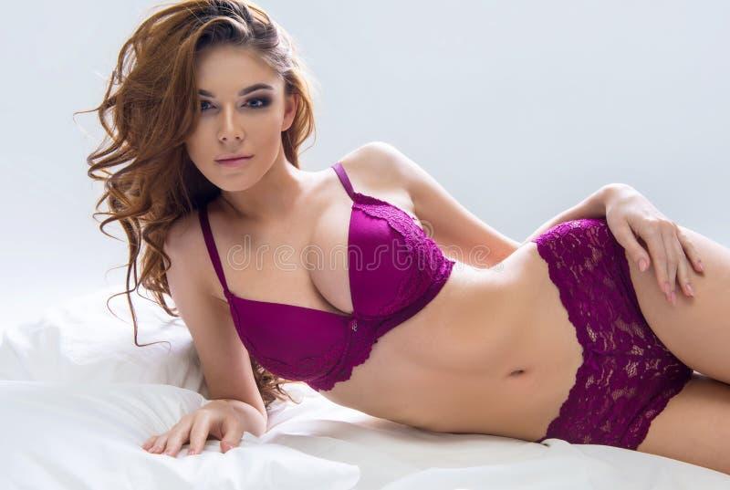 Блестящее curvy brunettewoman стоковые изображения