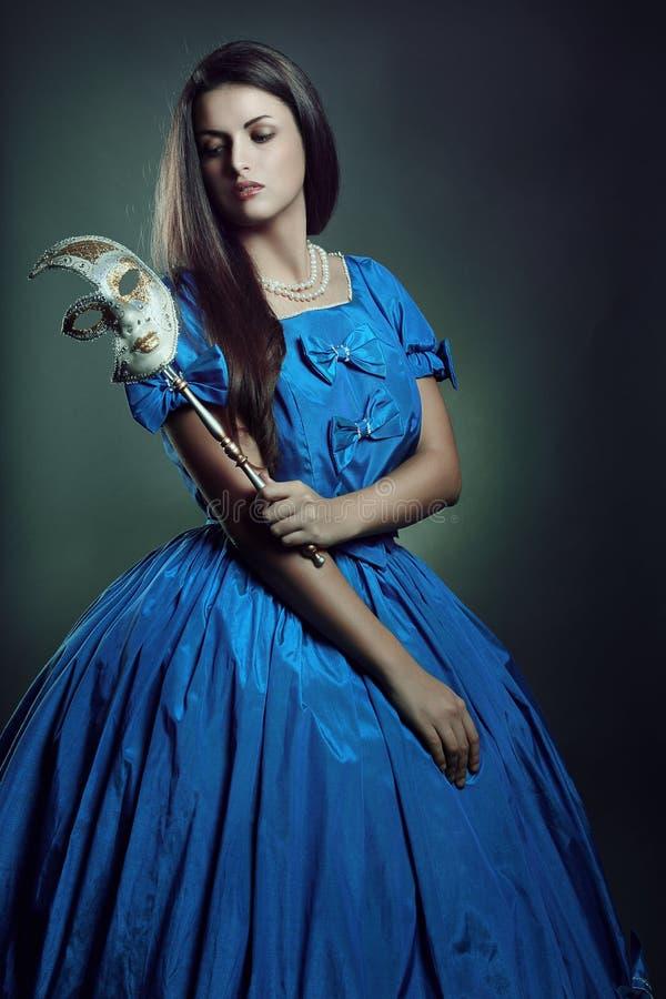 Бледная великородная женщина с венецианской маской стоковое фото rf