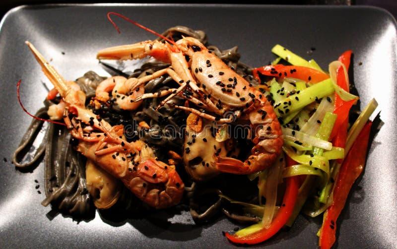 близкие освобождая продукты моря макаронных изделия лотка вверх стоковая фотография
