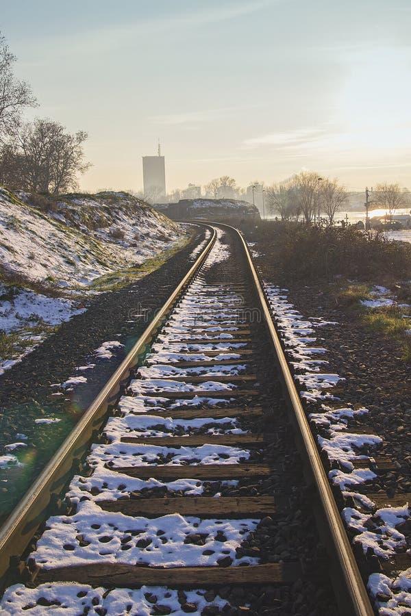 близкий день выравнивает следы железной дороги 2 вверх стоковые изображения