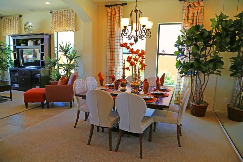 близкий cutlery обедая круглый стол комнаты стекел вверх стоковое изображение