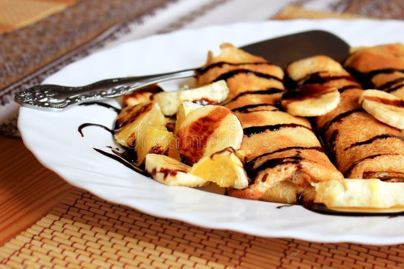 Блинчики заполненные с манной крупой, бананы и стоковые фотографии rf