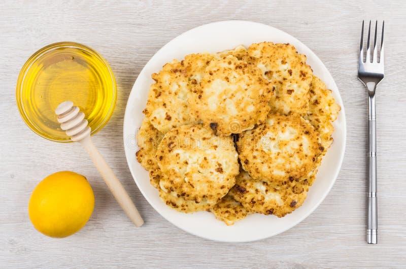 Блинчики, мед и лимон творога на таблице стоковое изображение rf