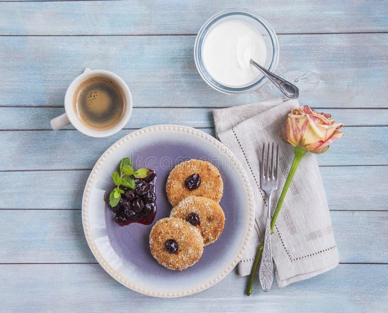 Блинчики сыра творога, чизкейки для завтрака с ягодами и сметана стоковые изображения