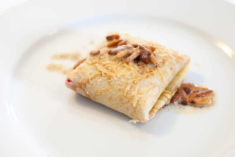 Download Блинчик с гайками сосенки стоковое изображение. изображение насчитывающей кулинарно - 33728437