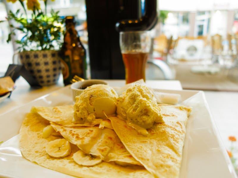 Блинчик с мороженым и плодоовощами на таблице стоковая фотография
