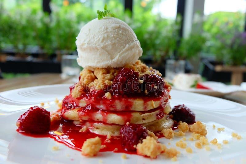 Блинчик с домодельными вареньем ягоды и мороженым ванили стоковое фото