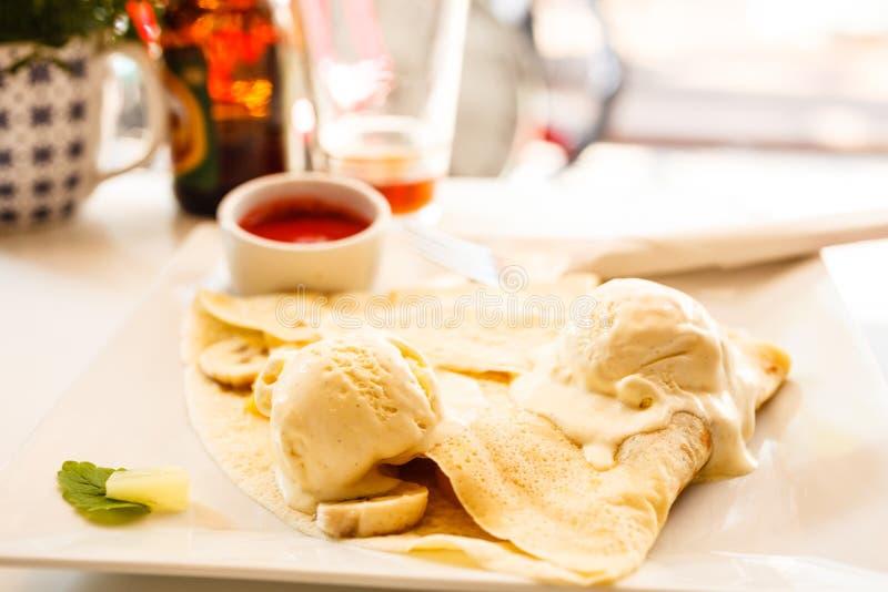 Блинчик с соусом мороженого и клубники стоковые изображения rf