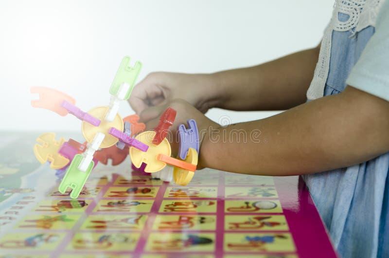 Блоки игрушки крупного плана сделанные маленькой девочкой стоковое изображение