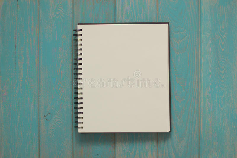 Блокнот на голубом деревянном столе стоковое фото