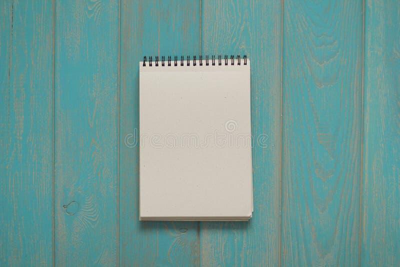 Блокнот на голубом деревянном столе стоковая фотография rf