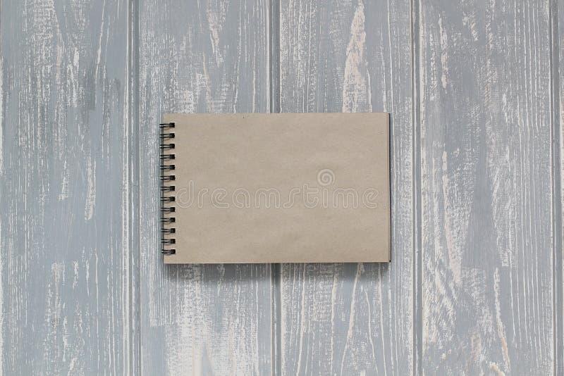 Блокнот на сером деревянном столе стоковые изображения