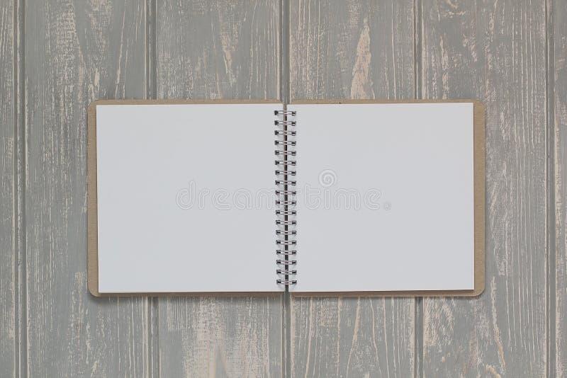 Блокнот на сером деревянном столе стоковые фотографии rf