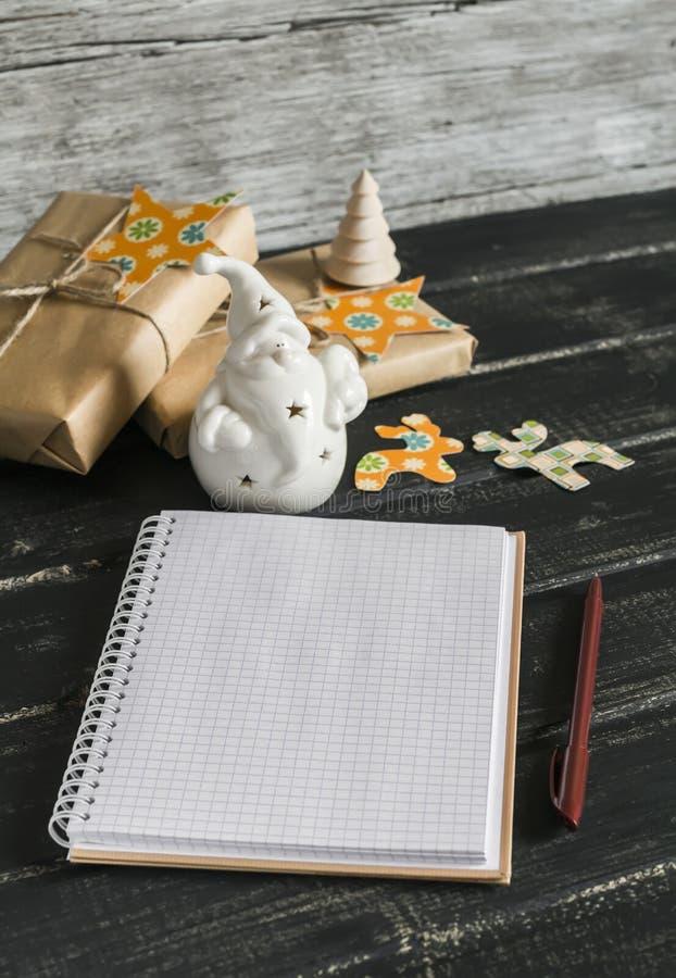 Блокнот пробела открытый, керамический Санта Клаус, подарки рождества стоковое изображение rf