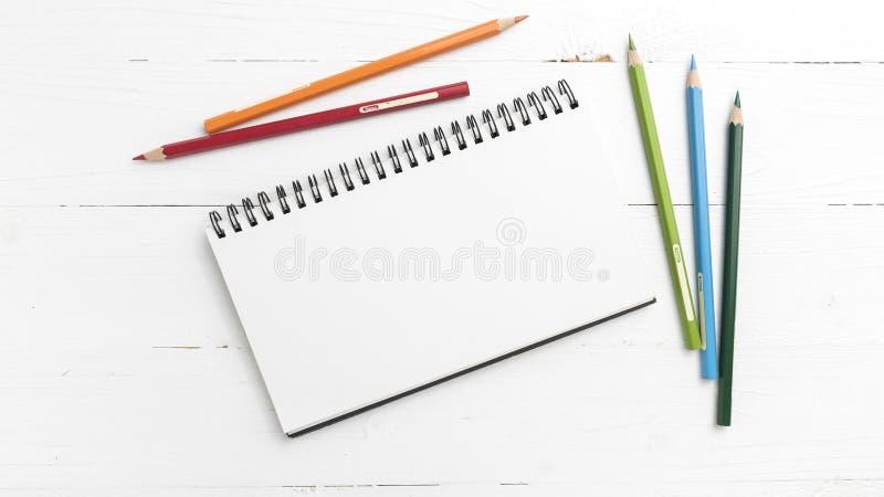 Блокнот с карандашем цвета стоковые изображения rf