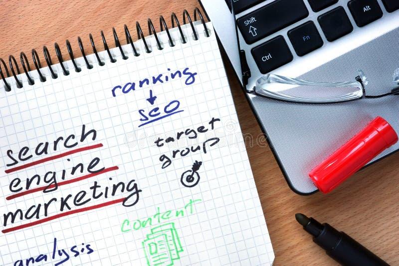 Блокнот с маркетингом поисковой системы слов стоковое фото