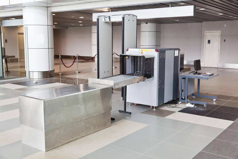 Блок развертки и металлоискатель рентгеновского снимка на авиапорте стоковое изображение rf