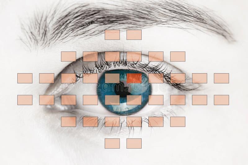 Блок развертки на голубом человеческом глазе стоковое фото rf