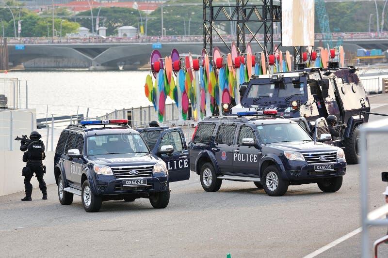 Блок тактик & спасения полиции Сингапура специальный (ЗВЕЗДЫ) демонстрируя во время репетиции 2013 парада национального праздника  стоковое фото rf