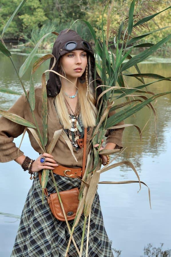 Блондинка держа тростники в ее руках стоковое изображение