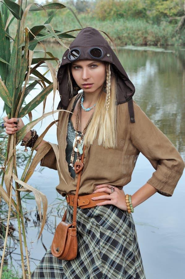 Блондинка держа тростники в ее руках стоковые фотографии rf
