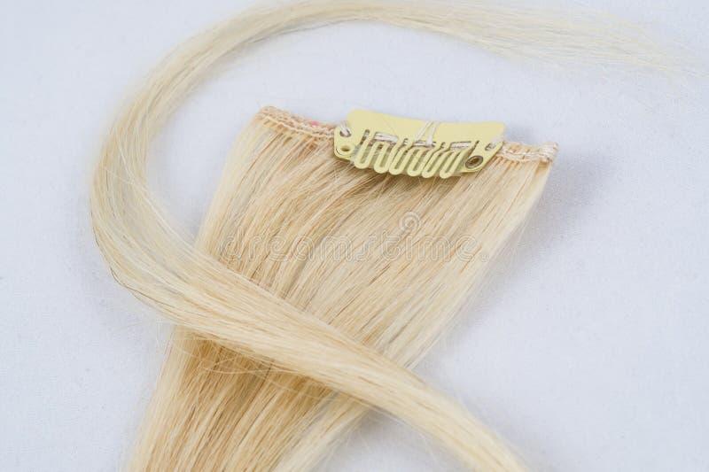 Блондинка зажим-в расширениях стоковые изображения rf