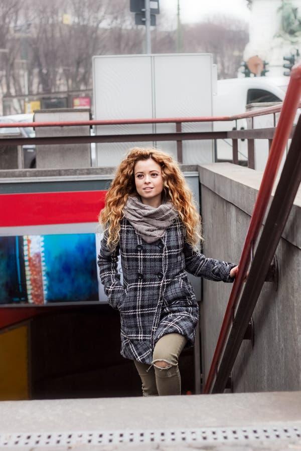 Блондинка идя вверх по подземным лестницам стоковое фото rf