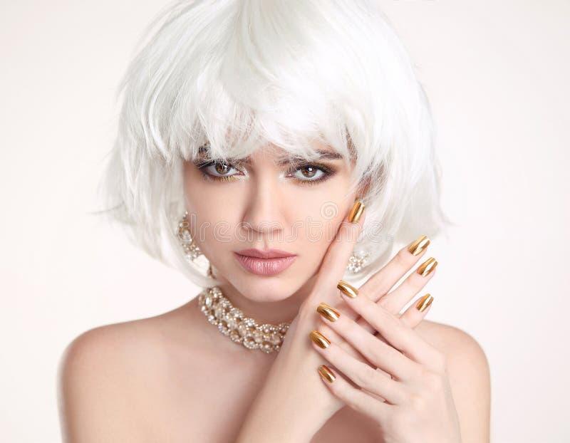 Блондинка красоты Белокурый стиль причёсок bob Manicured ногти Gir моды стоковые фото