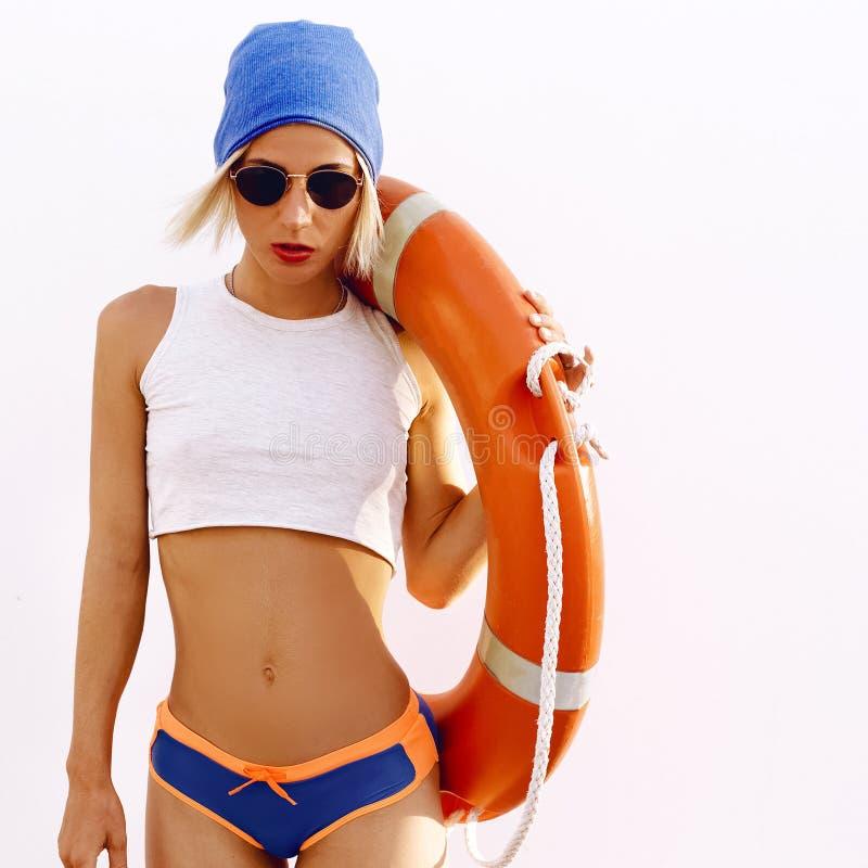 Блондинка Лето lifebuoy женщина типа способа стороны подбитых глаз сексуальная стоковое изображение rf