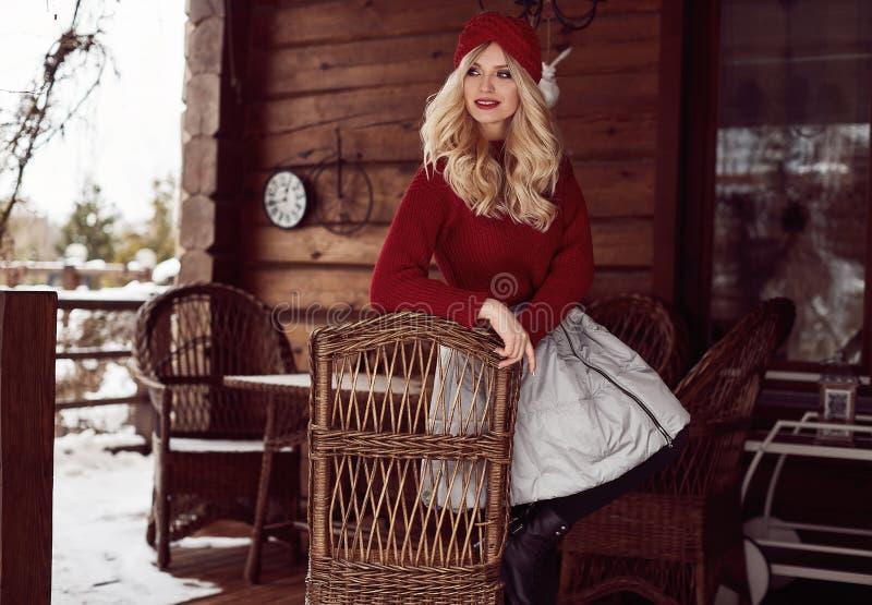 Блондинка Georgeous элегантная в красных платье и шляпе стоковое фото rf