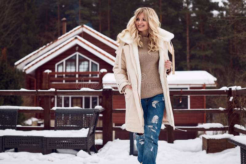 Блондинка Georgeous элегантная в ярком платье зимы стоковое фото