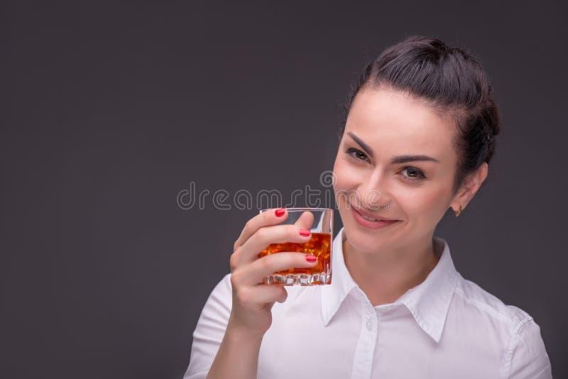 Блузка серьезной женщины нося белая стоковое фото rf