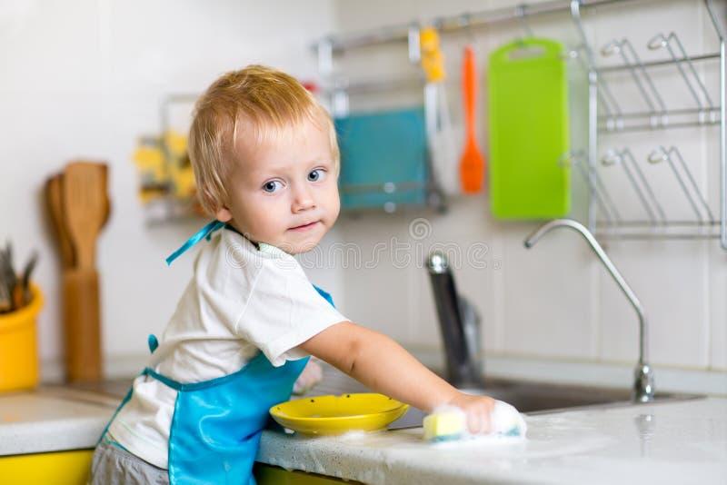 Блюда ребенка моя в отечественной кухне стоковое изображение