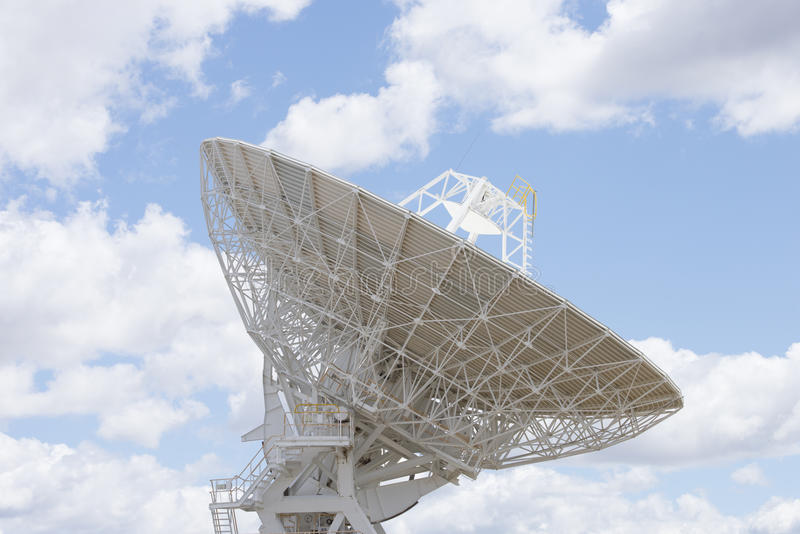 Блюдо астрономического телескопа с голубым небом стоковая фотография rf