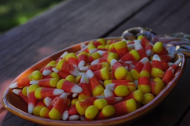 Блюдо конфеты осени заполненное с мозолью конфеты стоковое фото
