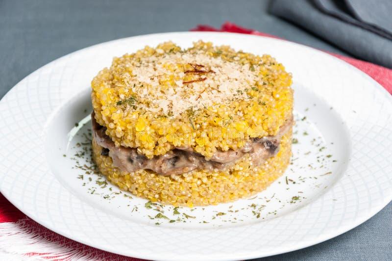 Блюдо ризотто квиноа с грибами стоковое изображение rf
