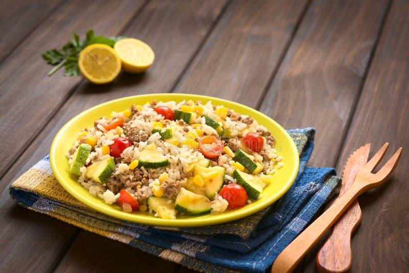 Блюдо риса с Mincemeat и овощами стоковая фотография rf
