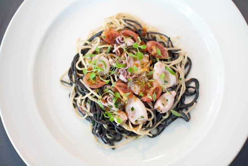 Блюдо Calamari и макаронных изделий в ресторане стоковая фотография