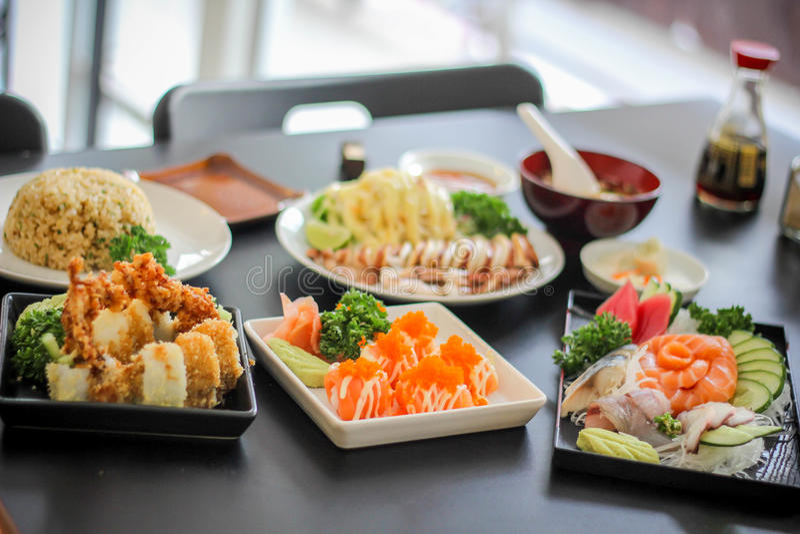 Блюдо mea суш японское yummy очень вкусное салат каракатиц осьминога кальмара супа огурца Wasabi украшения еды филе рыб стоковое фото