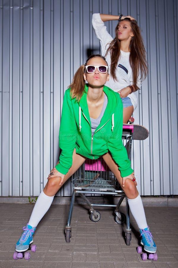 Вагонетка супермаркета игры 2 красивейшая маленьких девочек стоковые изображения rf