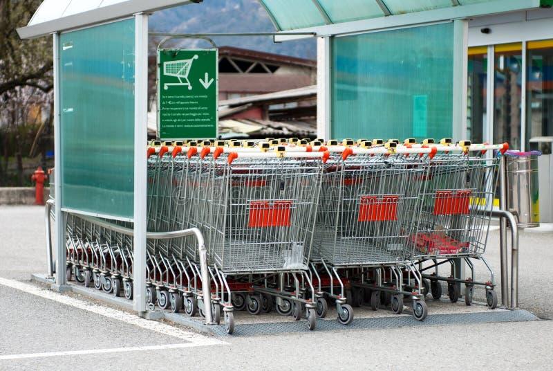 вагонетка супермаркета стоковая фотография rf