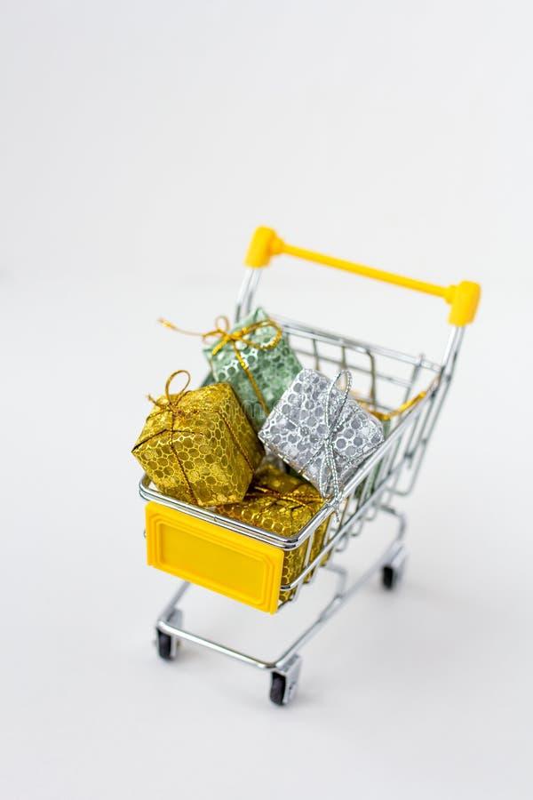 Download Вагонетка с подарками на белой предпосылке Стоковое Изображение - изображение насчитывающей тележка, магазин: 81800499