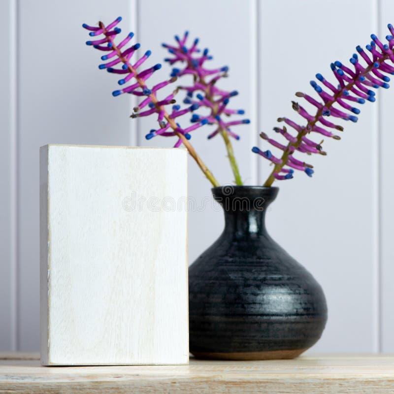 Ваза и цветок с деревянным блоком для вашего сообщения банка стоковые фотографии rf