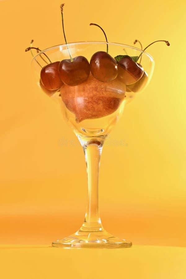 Ваза с вертикалью плода стоковая фотография rf