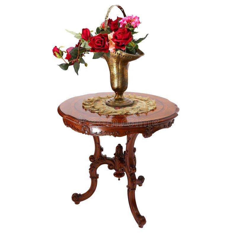 Ваза с розами на малом журнальном столе стоковое изображение