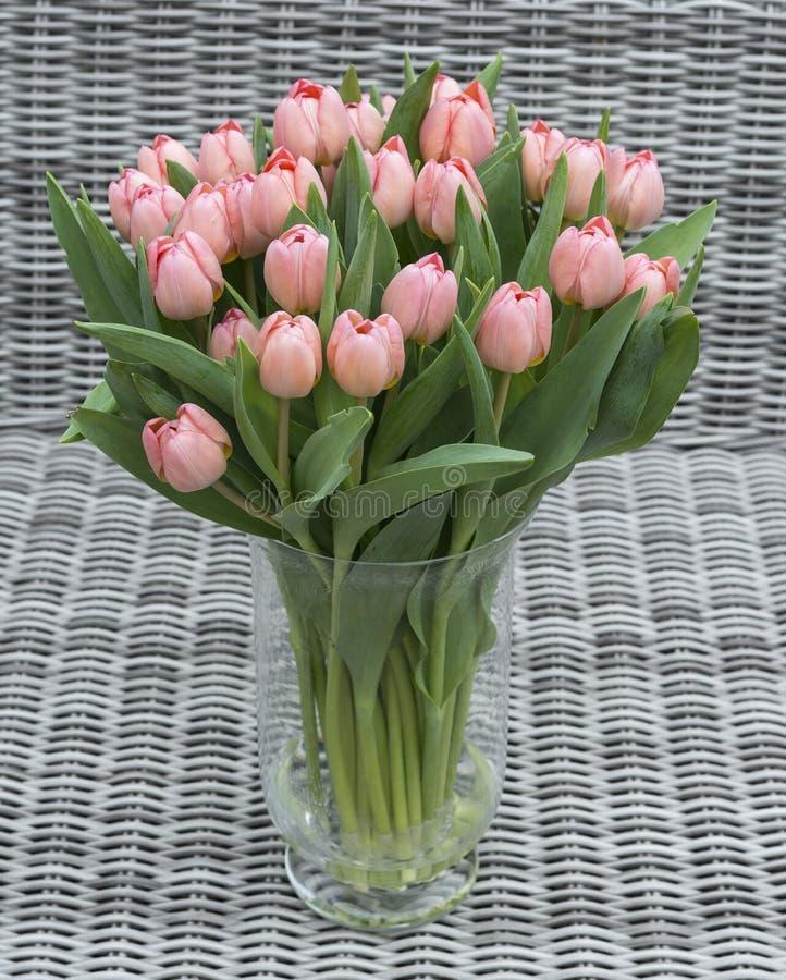 Ваза с розовыми цветками тюльпана стоковая фотография rf
