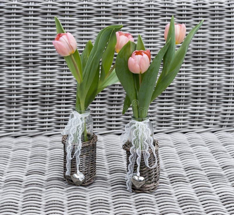 2 вазы с розовыми цветками тюльпана стоковая фотография