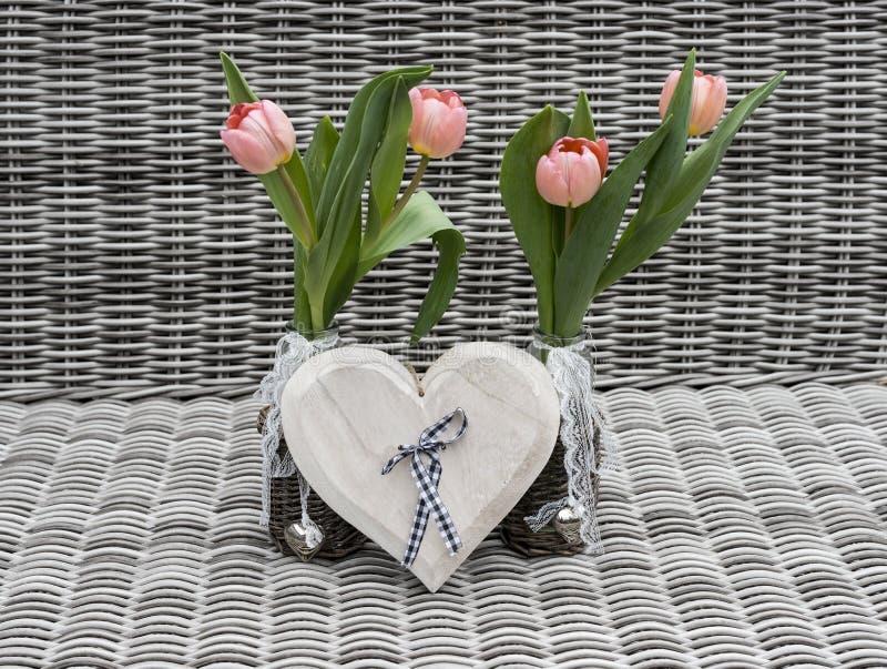 2 вазы с розовыми цветками тюльпана стоковое фото