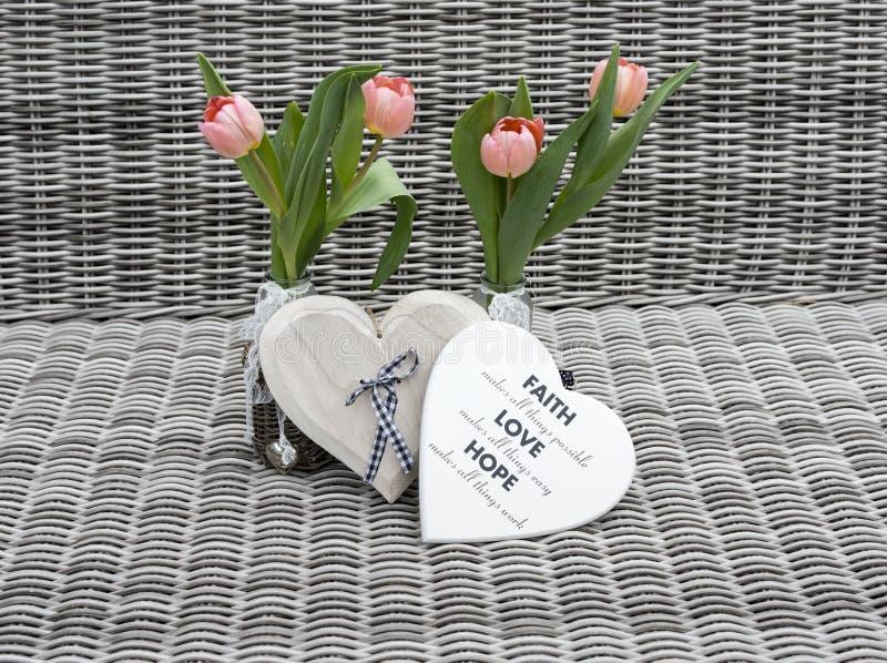 2 вазы с розовыми цветками тюльпана стоковые фотографии rf