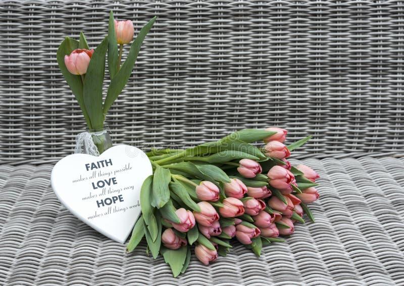 2 вазы с розовыми цветками тюльпана стоковые фото